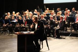 Konferansjer Jerzy Skoczylas i orkiestra