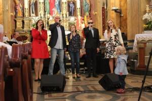 artyści śpiewają dla Zosi