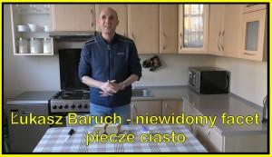 Łukasz Baruch piecze ciasto - kadr z wideo bloga