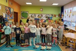Dzieci z uśmiechem biorą udział w akcji MOON