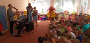 Łukasz Baruch zachęca dzieci do wspólnej zabawy