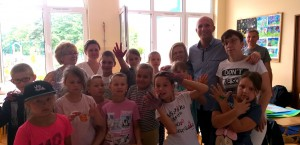 Dzieci i zespół Funacji Wygrajmy Razem