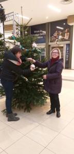 Ubieranie choinki. Justyna i Karolina ozdabiają drzewko.