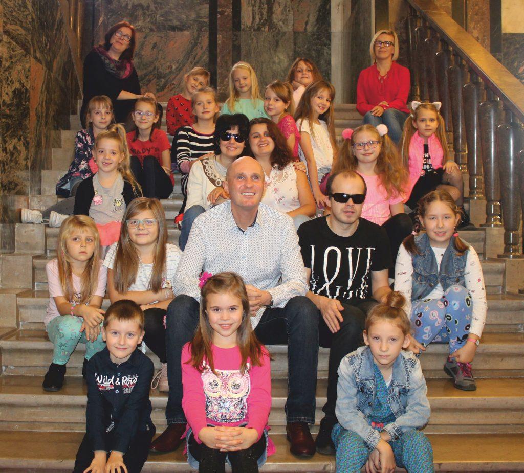 Artyści i dzieci z MOPT
