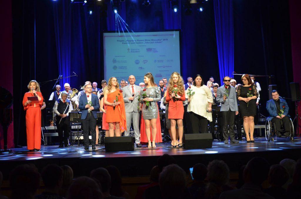 Finał koncertu! Wszyscy artyści na scenie otrzymują róże.