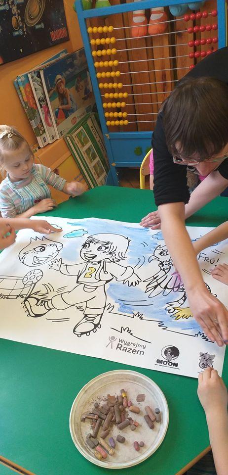 Justyna i dzieci malują pastelami