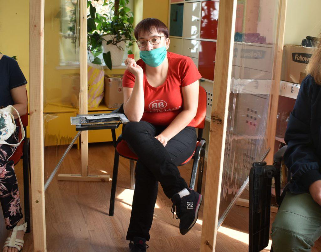 Justyna za parawanem słucha wykładu