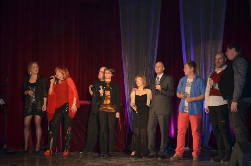 Fotografia grupowa z koncertu Wygrajmy Razem Mimo Wszystko 2012 z Danutą Błażejczyk