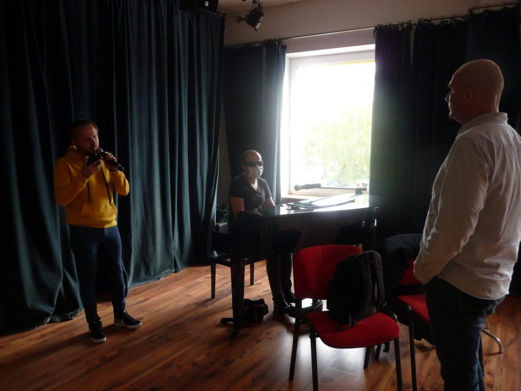 Warsztaty Łukasz Baruch słucha występu Mariusza Trzeciaka
