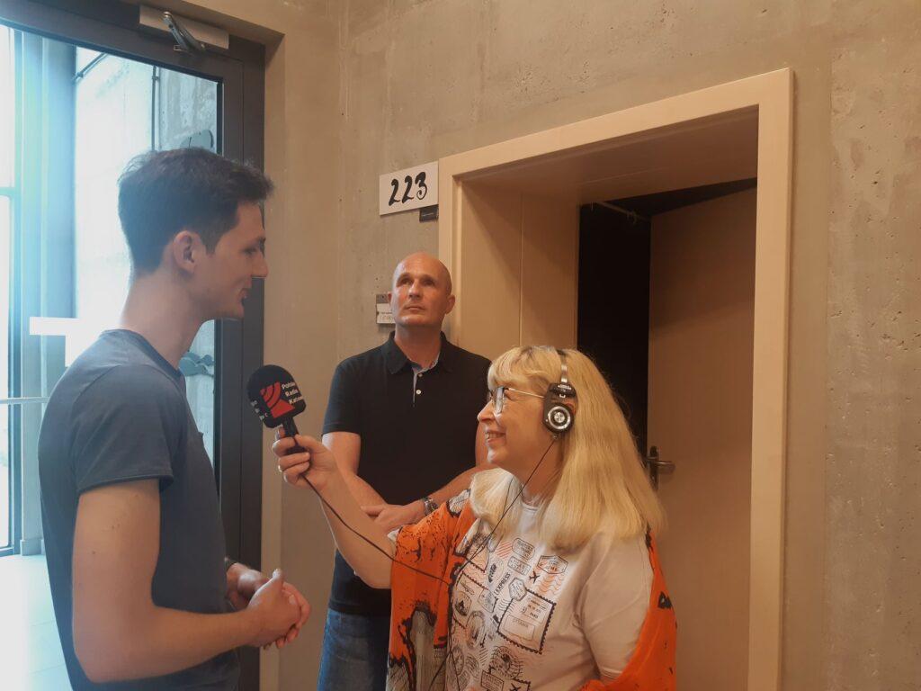 Igor Warykiewicz rozmawia o swoim projekcie z Red. Beatą Tomanek. W tle, na drugim planie Łukasz Baruch