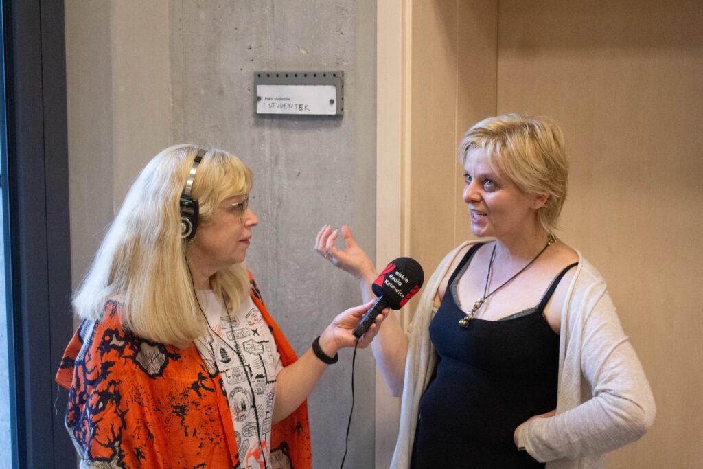 Pani red. Beata Tomanek prowadzi wywiad z Panią Anną Zubko, która żywo gestykuluje, udzielając odpowiedzi.