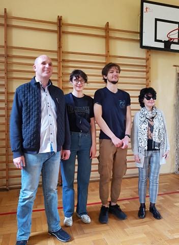 Na zdjęciu Łukasz Baruch, Katarzyna Nowak w towarzystwie studentów ASP z: Barbarą Klus i Igorem Warykiewiczem