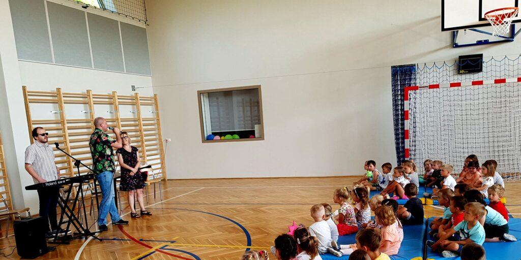 Artyści i przedszkolaki na sali