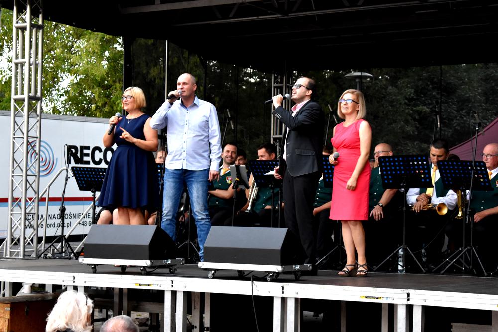 Iwona Zięba, Łukasz Baruch, Grzegorz Dowgiałło, Karolina Żelichowska wrazz orkiestrą na scenie
