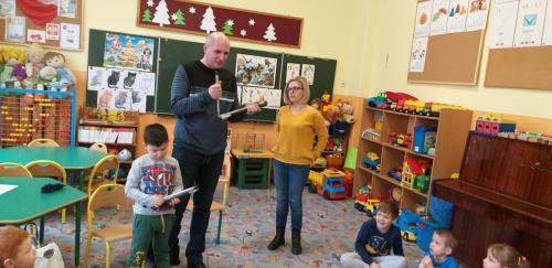 Łukasz pokazuje dzieciom jak wygląda biała laska