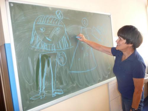 Anielka Lubieniecka przy tablicy - tłumaczy jak wykonać swój projekt postaci EDU ANIMACJA 2019