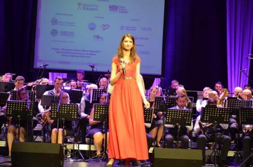 Artystka w czerwonej sukni to Joanna Przyborowska