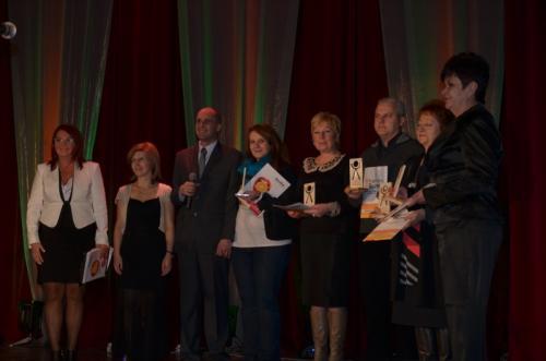 M.Gębczyńska,K.Żelichowska,Ł.Baruch i laureaci statuetek ELFY 2012 za wyjątkowe wsparcie na rzecz fundacji Wygrajmy Razem i jej podopiecznych(statuetki wykonane w WTZ Otwarte Serca)