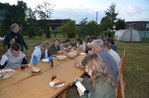 Ognisko integracyjne na terenie OSW-uczestnicy, wolontariusze, opiekunowie i przyjaciele fundacji.Dyrekcja ośrodka, pracownicy(w tym Panie kucharki)spisali się na medal.Jedzenie i atmosfera były świetne.