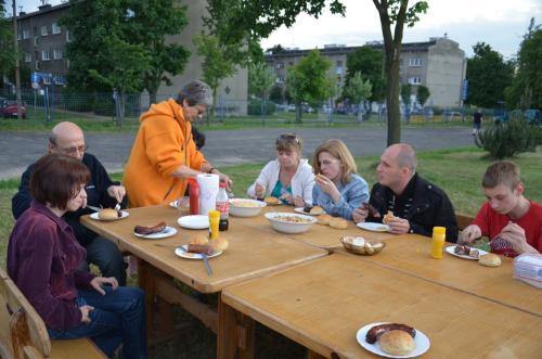 Ognisko integracyjne uczestnicy ,wolontariusze, opiekunowie i przyjaciele fundacji