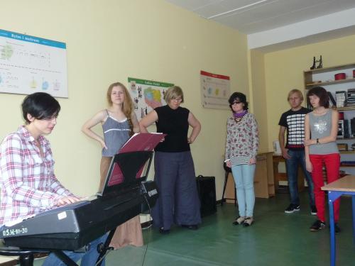 Warsztaty przed koncertem finałowym prowadzone przez gości specjalnych koncertu Anię Ozner i Aurelię Luśnię