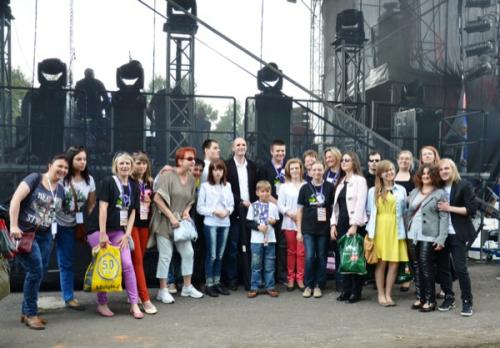 Pamiątkowe zdjęcie organizatorów, gości, artystów i wolontariuszy z klubu Integrator
