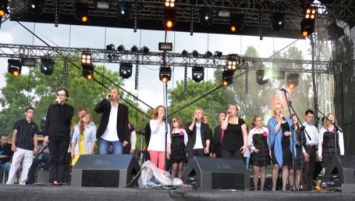 Grupa wokalna Mezalians Art zaśpiewała na koniec hymn fundacji  Wygrajmy, Razem Razem Łatwiej.Na scenie wszyscy artyści VI Przeglądu Dotyk Dźwięku