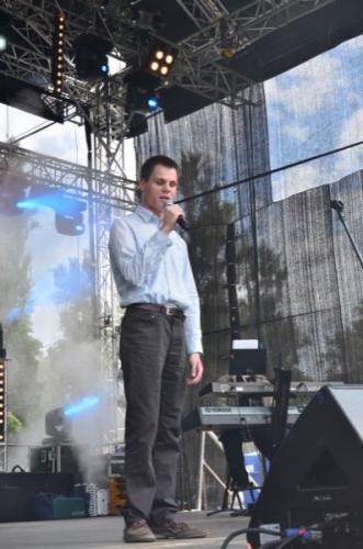 Dominik Strzelec-nieśmiały podczas próby, na scenie zmienia się w prawdziwego showman'a