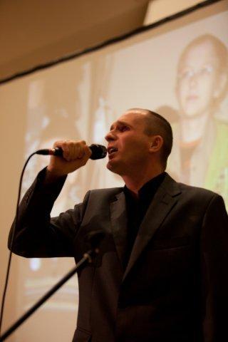Łukasz Baruch śpiewa utwór MY WAY przy akompaniamencie Tomka Kowalika na fortepianie