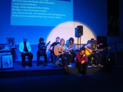 Scena koncertowa ze wszystkimi występującymi.Śpiewa Dawid Podsiadło ze swoim zespołem