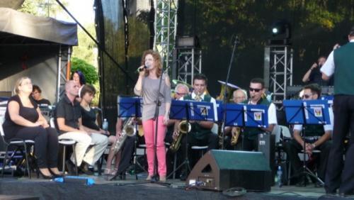 Karolina  Żelichowska na scenie z Orkiestrą