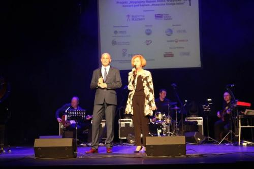 """Łukasz Baruch - Prezes Fundacji """"Wygrajmy Razem"""" i Małgorzata Majewska - Dyrektor Pałacu Kultury Zagłębia zapraszają na koncert."""