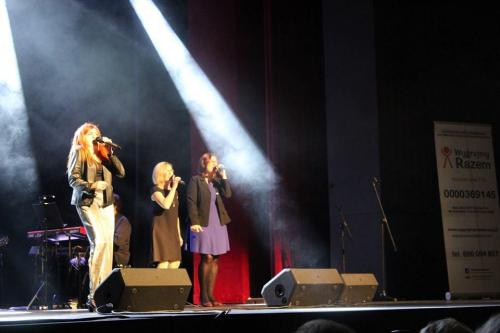 Klaudia Skotarczak wraz z chórkami: Karolina Żelichowska i Iwona Zięba.