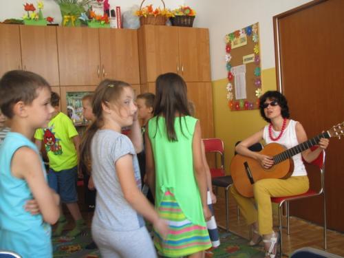 Zabawa z tańcem i muzyką w trakcie opowiadanie bajki.