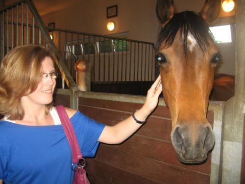 Karolina przełamuje swój strach i zaprzyjaźnia się z konikiem