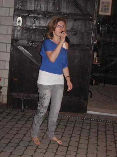 Karolina śpiewa swoje ulubione piosenki