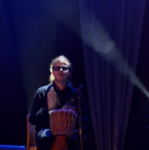 Grzegorz gra na bębnie od Pani Ani Dymnej