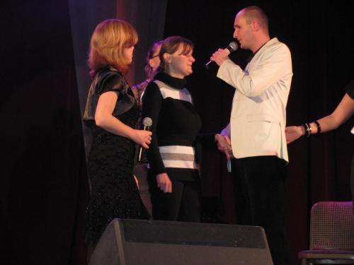 Wręczenie nagrody za tekst piosenki promującej fundację WYGRAJMY RAZEM dla Moniki Dziury