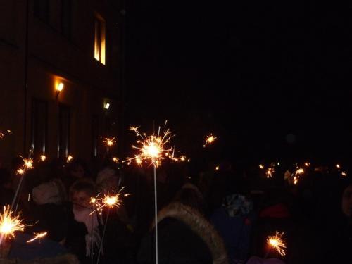 Światełko do nieba-publiczność zaopatrzona była w zimne ognie