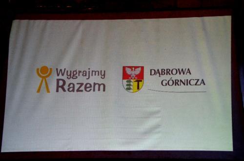 Logotypy głównych organizatorów na ekranie umieszczonym z boku sceny