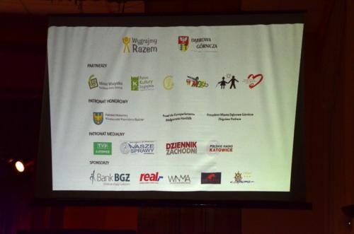 Na ekranie wyświetlały się również logotypy wszystkich wspierających koncert