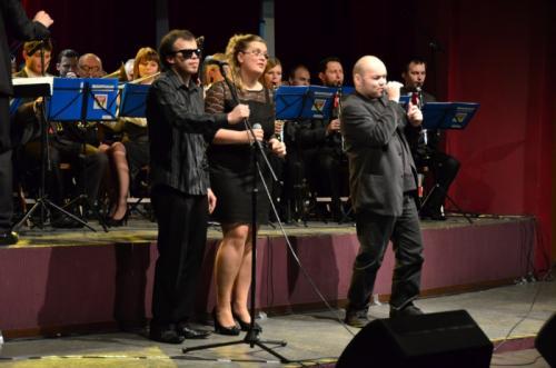 Cacek na scenie w przeboju Niemena Płonąca stodoła w chórkach Iwona i Grzesiek.