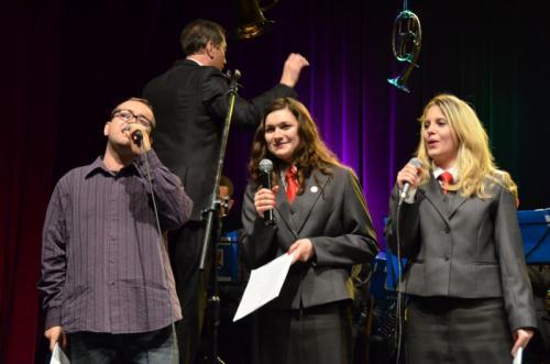 Kolejni uczestnicy karaoke-oważne dziewczyny z dąbrowskiej orkiestry(trębaczki) wraz z Panem Marcińskim z Jaworzna wykonali nieśmiertelną Małgośkę. Wszystkim uczestnikom karaoke przygrywała orkiestra.