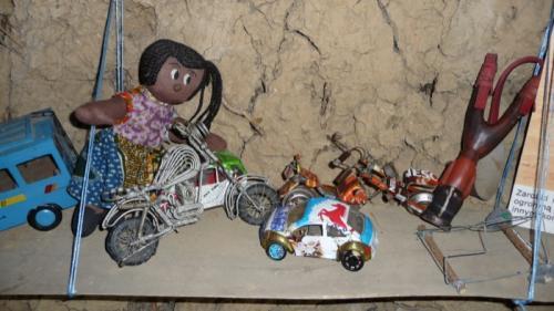 A takie zabawki potrafią wyczarować z drutu i opakowań po kawie afrykańskie dzieciaki.Pieniądze wydają na jedzenie i szkołę
