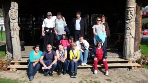 Część grupy podopiecznych WTZ Otwarte Serca z opiekunami, organizatorami i przewodniczką Karoliną Kufel