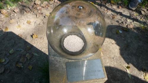 W Parku Doświadczeń znajduje się także makieta Układu Słonecznego(oczywiście wszystko w skali). Ten niebieski punkcik po prawej stronie to Ziemia