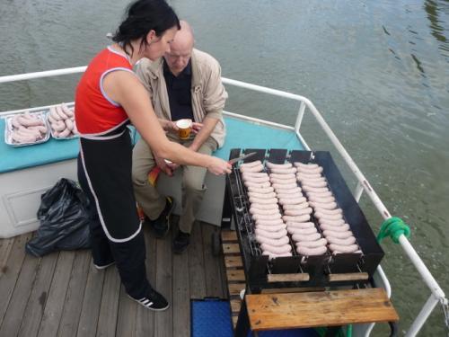 Wycieczkę zakończył rejs statkiem po Wiśle i wspólny grill. Karolina Manowska(pracownik WTZ) była świetna w roli kucharki